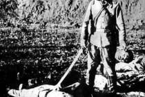 從他的微笑可以看出來。。這是這名日本兵的驕傲 但對於中國人來說。。。。 So proud of his work!